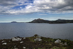 Lough Swilly med berg i avståndet arkivfoto