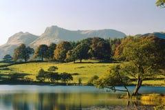 Loughrigg tarn, Cumbria, England Royaltyfria Foton