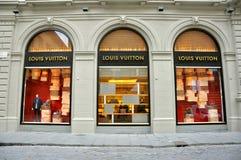 Louis Vuitton adatta il boutique in Italia   Fotografie Stock