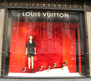 Louis Vuitton Holidays-Fensteranzeige an Sack-Fifth Avenue -Luxuskaufhaus in Manhattan Stockfotos