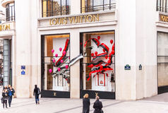 Louis Vuitton lager på Champset-Elysees i Paris Arkivfoton