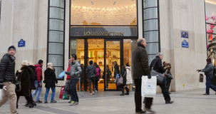Louis Vuitton Luxury Store, Paris, França estabelecendo o tiro video estoque