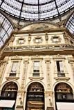 Louis Vuitton robi zakupy przy Galleria Vittorio Emanuele II w Mediolan zdjęcia stock