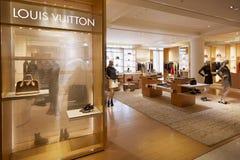 Louis Vuitton shoppar, den Selfridges varuhusinre Royaltyfri Bild