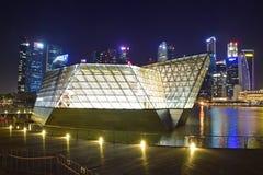 Louis Vuitton shoppar inhyst i en spektakulära Crystal Pavilion som svävar på vattnet av Marina Bay Arkivfoton