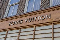 Louis Vuitton Sign Above en shoppa royaltyfria bilder