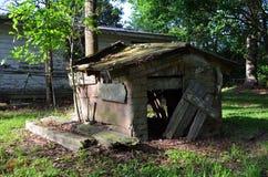 Louisiana abandonou a parte traseira de em casa 06 casas de cachorro para fora Foto de Stock