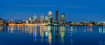 Louisville-Skyline nach Einbruch der Dunkelheit Stockbilder