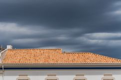 Loule, Португалия - июнь 2017 Внешний взгляд типичной архитектуры города Loule, Португалии Стоковые Изображения