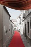 Loule, Portugal - 7. Dezember 2016: Gehen auf roten Teppich in der Stadtstraße mit Weihnachtsdekoration Stockfotografie