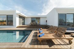 Free Lounge Chairs In Modern Villa Pool Stock Photography - 174611572