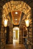 Lounge met steenoverwelfde galerij in huis. Royalty-vrije Stock Fotografie