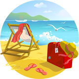 Lounger и чемодан Солнця на пляже Стоковые Изображения RF