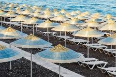 Lounger парасоля и солнца на пляже Стоковые Изображения RF