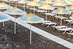 Lounger парасоля и солнца на пляже Стоковая Фотография