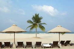 Lounger под зонтиком на океане пляжа Стоковое Изображение