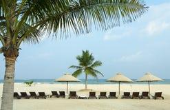 Lounger под зонтиком на океане пляжа Стоковое Изображение RF