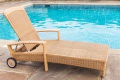 Lounger солнца бассейном Стоковые Фотографии RF
