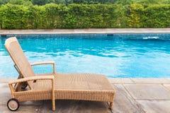 Lounger солнца бассейном Стоковое Изображение