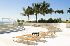 Lounger фаэтона бассейна бортовой Стоковое Изображение RF