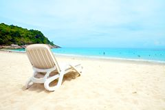Lounger de Sun por uma praia arenosa Foto de Stock Royalty Free