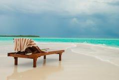 Lounger di Sun sulla spiaggia tropicale Fotografie Stock Libere da Diritti