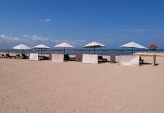 Lounger pela praia Imagens de Stock