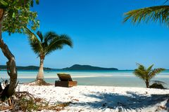 Lounger/шезлонг на пляже, славный солнечный летний день Остров Rong Sanloem Koh, Saracen залив Камбоджа, Азия стоковая фотография