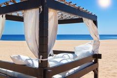 Loungersäng, på stranden för koppla av. Arkivfoto