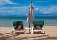 Loungers зонтика и солнца Стоковые Изображения RF