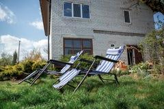 Loungers и загородный дом Солнця Стоковое фото RF