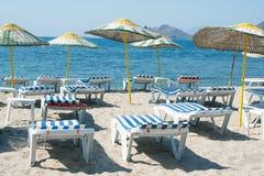 Loungers и зонтики на пляже Стоковое фото RF