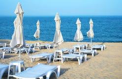 Loungers и зонтики Солнця на пляже Стоковое Фото