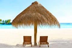 Loungers и зонтик Солнця на пляже моря Стоковые Изображения