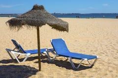 Loungers и зонтик Солнця на пляже Стоковые Фотографии RF