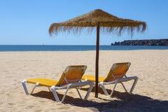 Loungers и зонтик Солнця на пляже Стоковое Изображение