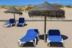 Loungers и зонтик Солнця на пляже Стоковая Фотография RF