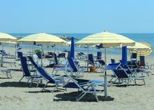 loungers и парасоль солнца на пляже Стоковые Фото