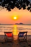Loungers на взморье на изумительном заходе солнца ослабьте Стоковое фото RF
