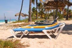 Loungers на карибском пляже Стоковая Фотография RF