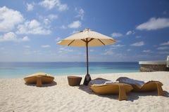 Loungers на пляже в Мальдивах Стоковые Фотографии RF