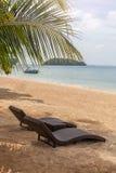 Loungers на пляже - каникулах природы Стоковые Изображения