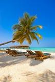 Loungers на пляже Мальдивов Стоковые Фотографии RF