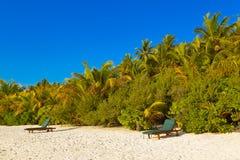 Loungers на пляже Мальдивов Стоковые Фото