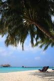 Loungers на пляже Мальдивов Стоковое Изображение