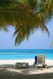 Loungers на пляже Мальдивов Стоковые Изображения