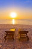 Loungers на пляже Мальдивов Стоковые Изображения RF