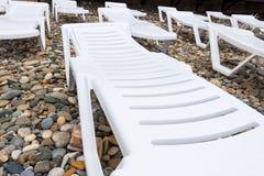 loungers на пляже на утесах Стоковые Фотографии RF