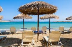 Loungers на пляже острова Paros Стоковые Фото