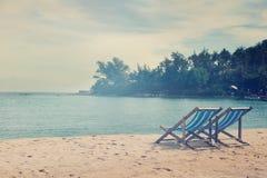 Loungers на пляже, с ретро тонизировать изображения Стоковые Фотографии RF